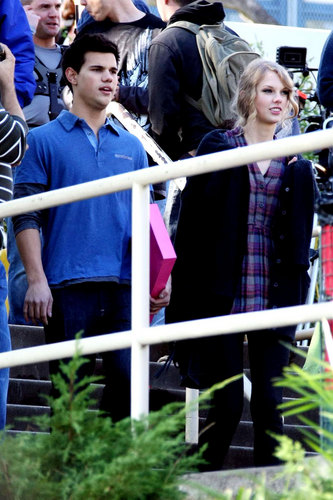 Taylor Lautner and Taylor Swift wallpaper probably containing a lippizan entitled Taylor & Taylor Reunite on 'Valentine's Day'