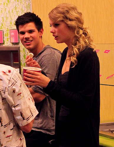 Taylor Lautner and Taylor Swift wallpaper titled Taylor & Taylor Reunite on 'Valentine's Day'