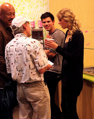 Taylor Lautner and Taylor быстрый, стремительный, свифт Обои possibly containing a business suit entitled Taylor & Taylor Reunite on 'Valentine's Day'