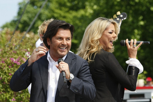 Thomas Anders achtergrond with a business suit titled Thomas & Sandra
