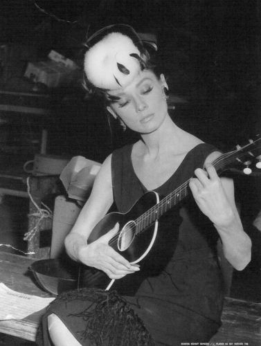 Breakfast At Tiffany's achtergrond possibly containing a guitarist and an acoustic gitaar called behind scenes