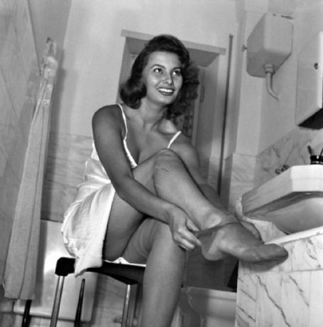 sophia loren wallpaper probably with a living room and skin called Sophia Loren
