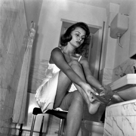 Sophia Loren kertas dinding possibly with bare legs, a living room, and skin called Sophia Loren