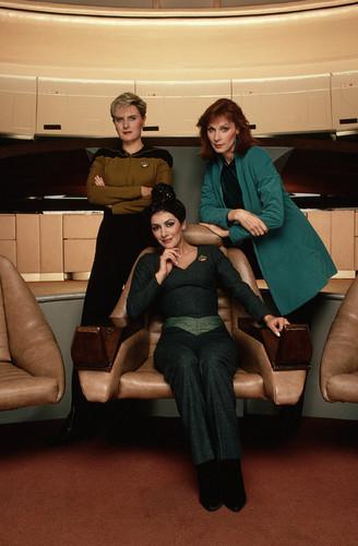 bintang Trek-The seterusnya Generation kertas dinding containing a sofa, kerusi panjang entitled bintang Trek-The seterusnya Generation