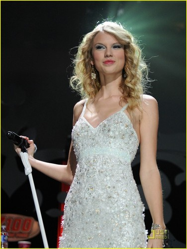 Taylor @ 2009 Z100 Jingle Ball
