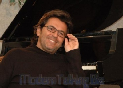 Thomas Anders achtergrond with a pianist titled Thomas Anders