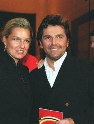 Thomas Anders achtergrond possibly containing a business suit called Thomas & Claudia