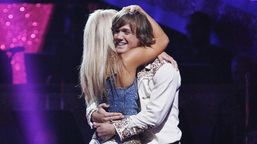 chelsie hightower! 壁紙 with a コンサート titled chelsie hugging louie after being 安全, 安全です on dwts