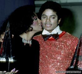 EL PRIMER BESO DE MIKE  -smooch-from-DIANA-michael-jackson-9544255-265-239