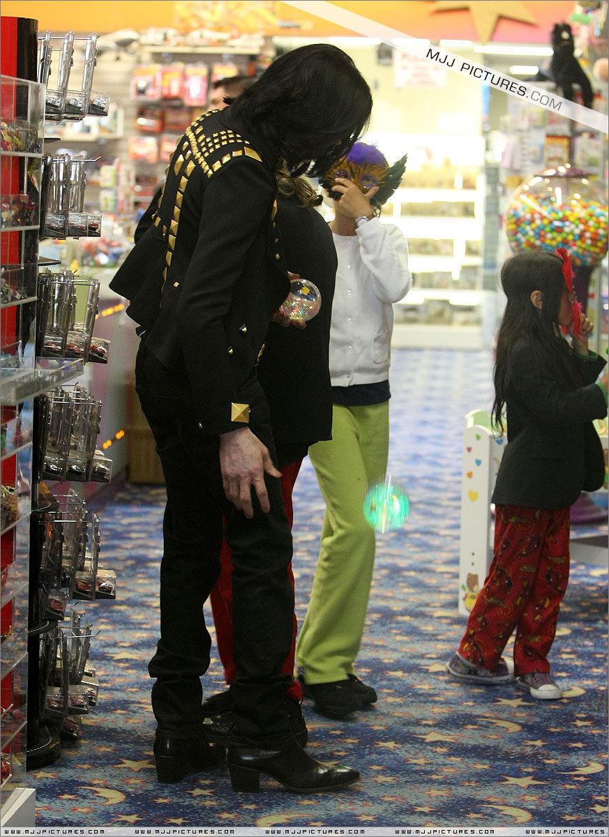 2009 > Various > Shopping at Tom's Toys