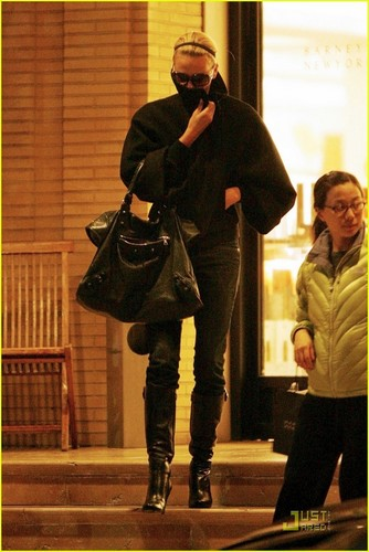 Charlize shopping in Los Angeles