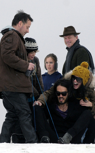 Russell Brand and Katy Perry sledging in Londres