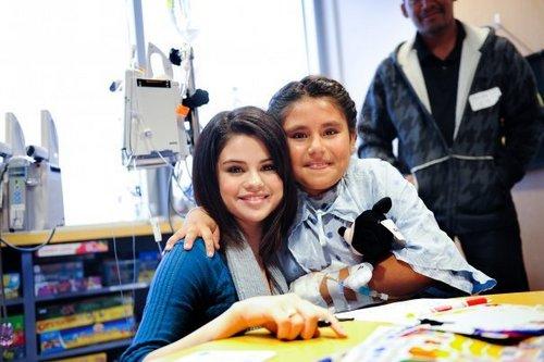 Selena @ Dallas Children's Medical Center navidad Parade