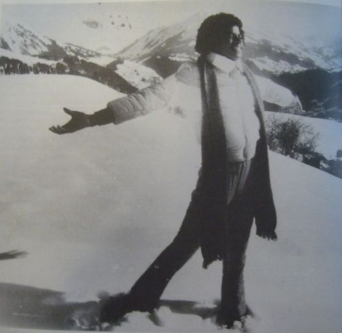 Michael Jackson achtergrond containing an igloo, a ski resort, and a snowbank entitled Winter Wonderland