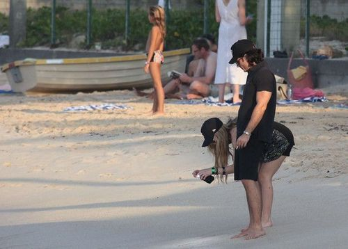 avril lavigne on the beach (new pictures)