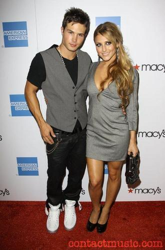 Cody with his lucky girlfriend Cassie Scerbo!!!:P