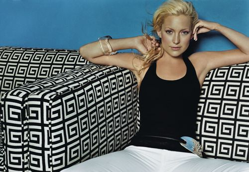Kate Hudson Sitting on a Black and White Print سوفی, لٹانا [Photo Shoot]