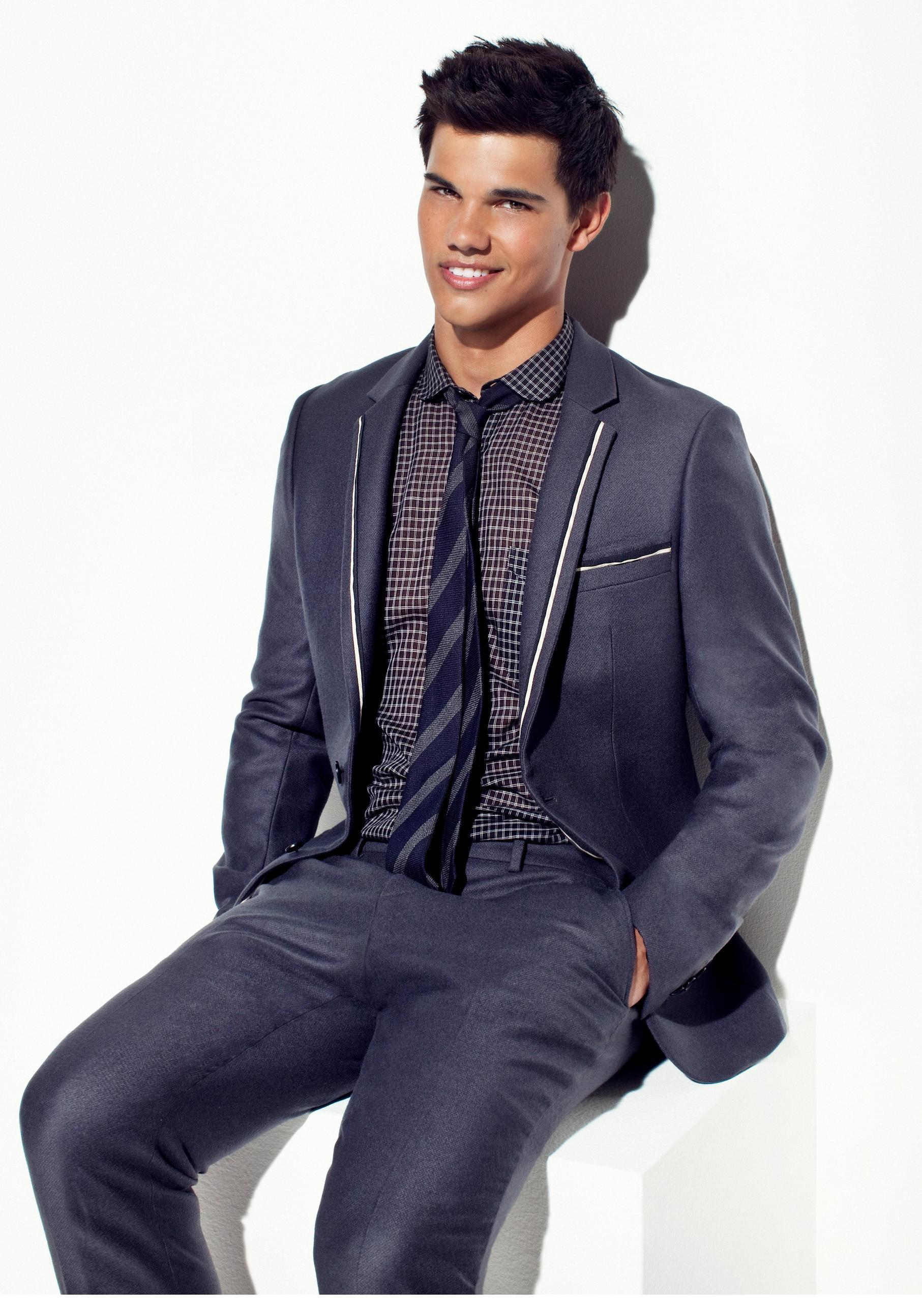 http://images2.fanpop.com/image/photos/9600000/just-taylor-taylor-lautner-9628662-1813-2560.jpg