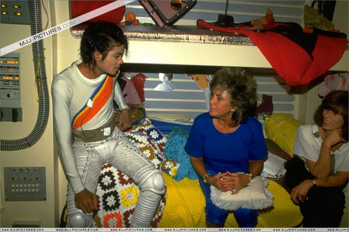 Captain Eo kertas dinding possibly containing a makan, kantin and a sign entitled Captain Eo