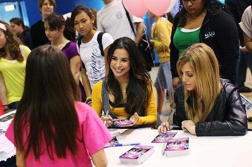 Make it 또는 Break it Cast Autograph Signing