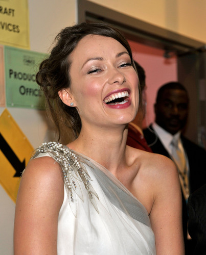 Olivia Wilde Hintergrund possibly containing a bridesmaid and a portrait called Olivia Wilde @ the 2010 People's Choice Awards