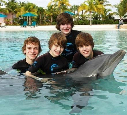 the dolphin even got bieber fever lols - justin-bieber Photo