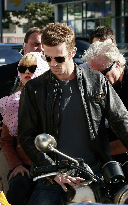 http://images2.fanpop.com/image/photos/9800000/Christina-Aguilera-Cam-Gigandet-s-Motorcycle-Ride-twilight-series-9863525-500-800.jpg