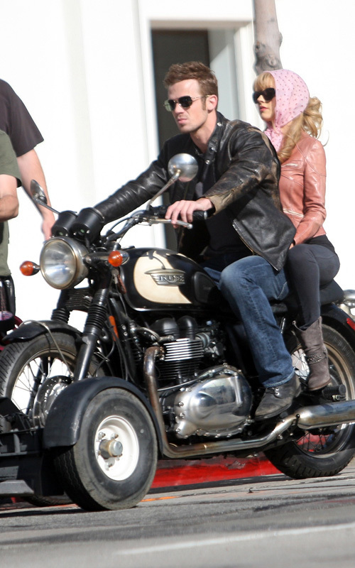 http://images2.fanpop.com/image/photos/9800000/Christina-Aguilera-Cam-Gigandet-s-Motorcycle-Ride-twilight-series-9863531-500-800.jpg