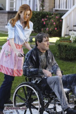 http://images2.fanpop.com/image/photos/9800000/Desperate-Housewives-How-about-a-friendly-shrink-stills-desperate-housewives-9805914-266-400.jpg