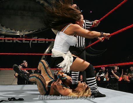 Mickie James action foto's
