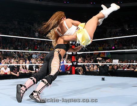 Mickie James action picha