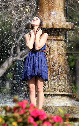 Shenae Grimes Hintergrund containing a brunnen titled Shenae On The Set of 90210