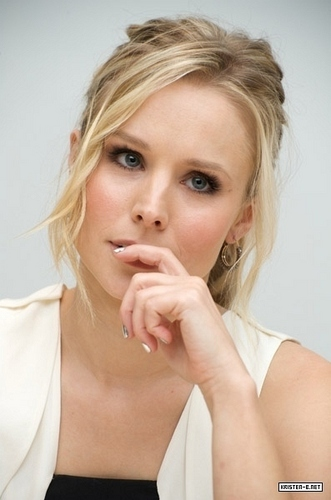 Kristen Bell wallpaper titled When in Rome Press Conference
