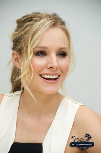 Kristen Bell wallpaper entitled When in Rome Press Conference