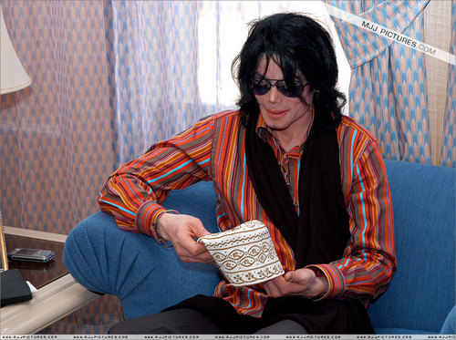 2003 - 2005 > Various > Michael visits Oman