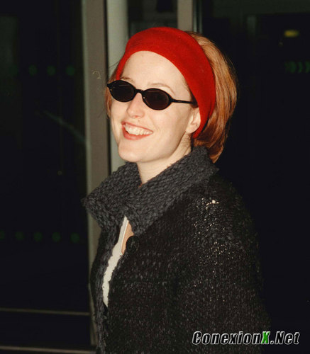 Gillian with Hugh Grant at Heathrow Airport, Лондон February 13, 1999