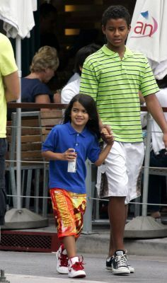 Blanket Jackson wallpaper titled Going to Barnes & Nobles - Aug. 2, 2009