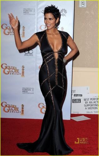 Halle @ 2010 Golden Globe Awards