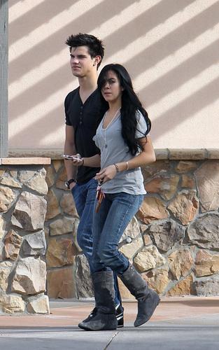 Is Taylor Lautner dating Sara Hicks?