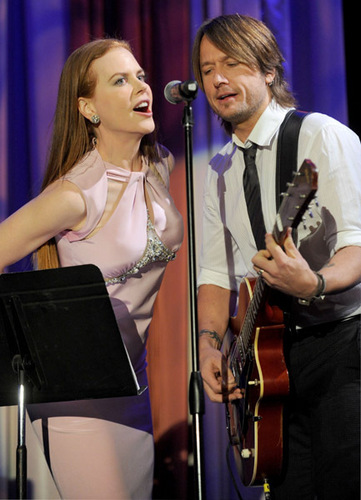Nicole and Keith sing for Simon Baker