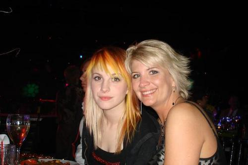 http://images2.fanpop.com/image/photos/9900000/hayley-and-her-mom-haley-williams-9997376-500-333.jpg
