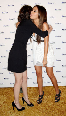 selena and ashley hug !