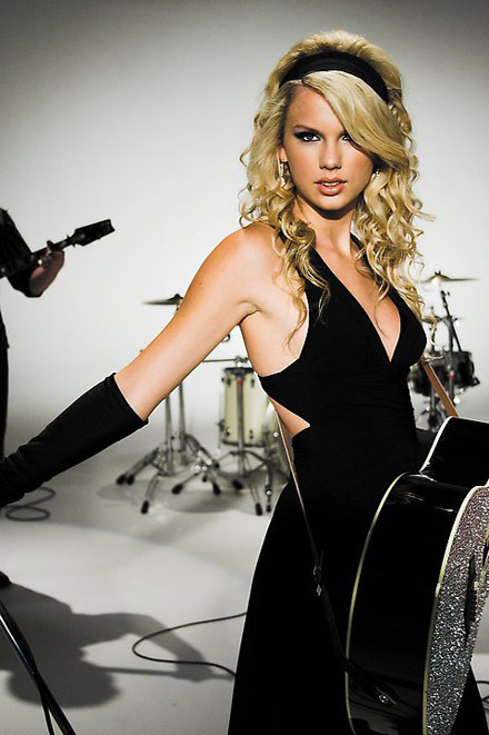 Taylor Swift in Band Hero Game Commercial! taylor no makeup!