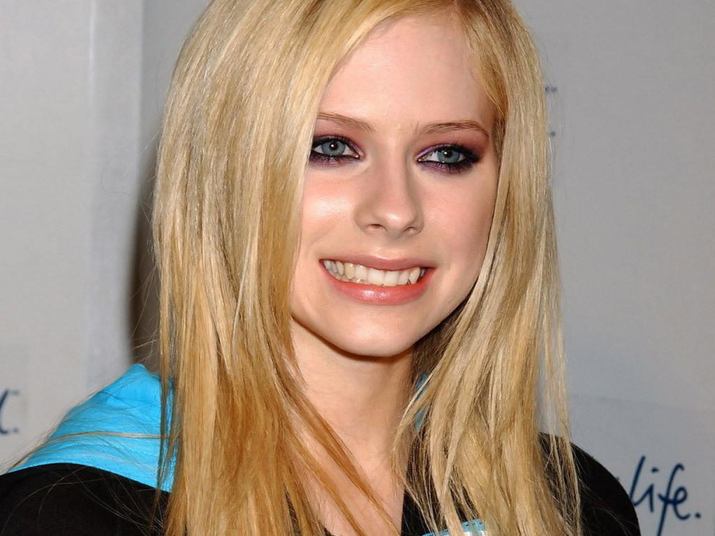 Avril Lavigne's Snaggletooth (now fixed) | i lov AVRIL ...
