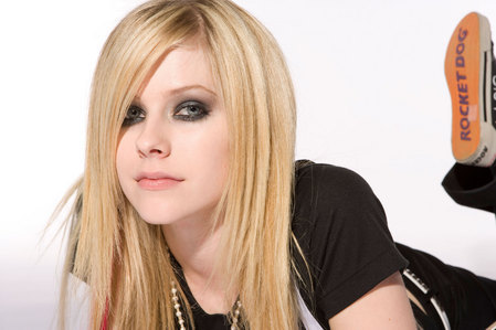 What tattoo does Avril have on her right wrist?