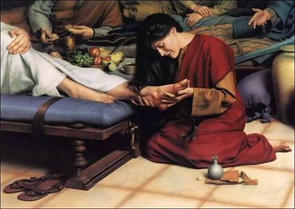 What did Mary use to wipe the feet of যীশু after anointing them with perfume ?