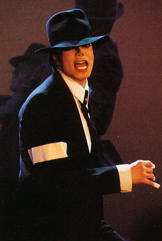 T/F: During the 'Dangerous' dance performance at the 1995 VMAs, neither Michael or back-up dancers are wearing gloves.