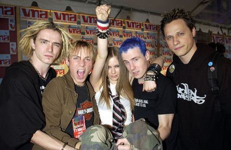 What song that Avril  win the best music video award on 2002?