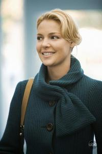 In which season Izzie cut her hair because it bothered her?