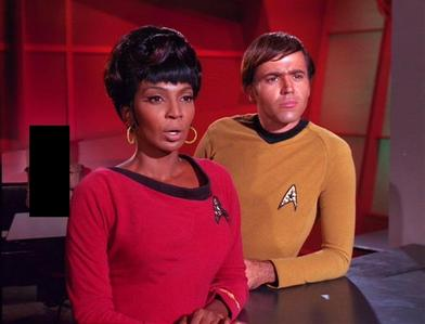 Who is in the background as Uhura and Chekov enter the bar?